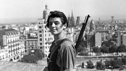 GUERRA CIVIL ESPAÑOLA: LOS REPUBLICANOS Barcelona, 21-7-1936.- La miliciana Marina Ginestà, miembro de la juventud comunista catalana, posa en la terraza del hotel Colón, donde se estableció una oficina de alistamiento de milicianos. EFE/JUAN GUZMÁN