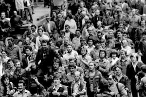 Dantzig (Danzig) (Gdansk) en Pologne. 1980. Greve des chantiers navals Lenine qui aboutira a la formation du mouvement de Solidarnosc (Solidarite). Lech Walesa, leader de Solidarnosc, est porte par ses gardes du corps jusqu'au portail 2 des chantiers navals Lenine apres l'heureuse conclusion des negociations. Zenon Kwoka lui fraye un chemin parmi la foule. ©Effigie/Leemage
