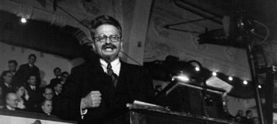Leo-Trotsky-giving-a-speech-in-Copenhagen-November-1932-min