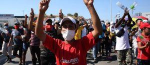 Πρόσφυγες και μετανάστες διαμαρτύρονται για τη δημιουργία νέου καταυλισμού στο πεδίο βολής του Καρά Τεπέ, Μυτιλήνη, Παρασκευή 11 Σεπτεμβρίου 2020. Τρίτη μέρα στον δρόμο, από την είσοδο της πόλης της Μυτιλήνης μέχρι τον καμένο καταυλισμό του ΚΥΤ της Μόριας, βρίσκονται χιλιάδες πρόσφυγες και μετανάστες. Έχουν κατακλύσει τον δρόμο και τα γύρω από τον καταυλισμό κτήματα ή τους αύλειους χώρους επιχειρήσεων που παραμένουν κλειστές από την Τετάρτη το πρωί,έχοντας στήσει πρόχειρους καταυλισμούς.Από νωρίς το πρωί, με ελικόπτερα μεταφέρονται σε έκταση του ελληνικού Δημοσίου στην περιοχή του Καρά Τεπέ σκηνές και άλλο υλικό που έφθασε στο αεροδρόμιο της πόλης την Τετάρτη το μεσημέρι. Επίσης, το πρωί με το πλοίο της γραμμής μεταφέρθηκαν οχήματα της Αστυνομίας, τα οποία παρατάχθηκαν -όλα κατάλληλα στελεχωμένα- σε όλο το μήκος της διαδρομής όπου ζουν πρόσφυγες και μετανάστες. ΑΠΕ-ΜΠΕ/ΑΠΕ-ΜΠΕ/ ΟΡΕΣΤΗΣ ΠΑΝΑΓΙΩΤΟΥ